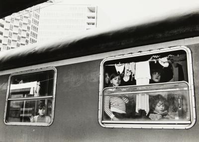 napoli stazione centrale ffss binario 11 terremotati alloggiati in treno by mimmo jodice