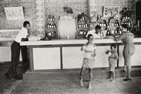escena en el bar de hotel spice island, st.george, granada, guyana by alon reininger