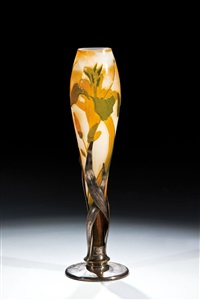 vase mit irisblüte by verreries d'art lorrain
