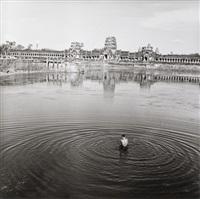 le bain dans le lac, cambodge by raymond voinquel