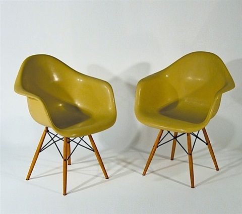 Paire de fauteuils daw dowel base by charles and ray eames for Fauteuil charles eames original prix