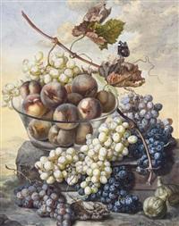 une coupe avec des pêches entourée de raisins et deux figues sur un rocher dans un paysage, un vulcain sur une feuille morte by ignacz gaal