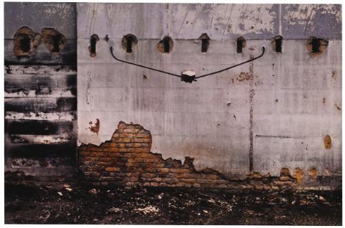 ladrillo en varillas (wire holding bricks) by gabriel orozco