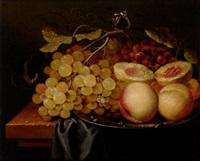 stilleben med druvor och persikor på fat by johannes borman