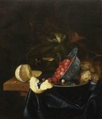 stillleben mit erdbeeren in einer porzellanschale, geschälter zitrone und trauben. auf dem weinlaub ein schmetterling, im hintergrund eine wespe by johannes borman