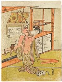 eine junge frau steht ein einem zimmer vor einem toko-no-ma und hält ein halbgeöffnetes rollbild in den händen, das den berg fuji zeigt (chûban) by isoda koryusai