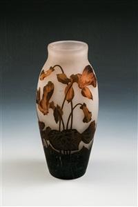 vase mit alpenveilchen by arsall (vereinigte lausitzer glaswerke)