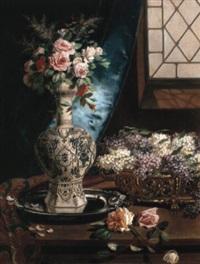 stilleben mit rosenstrauß in delfter vase by gustave bienvetu