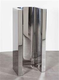 u sculpture by wade guyton