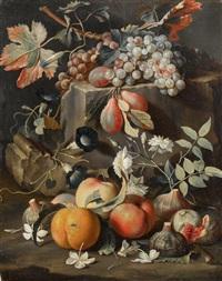 früchte und blumen auf einer steinplatte by christian berentz