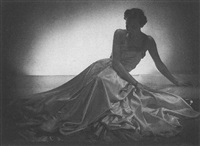 helles abendkleid aus seide. modell: herpich by imre von santho