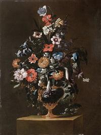 rosen, anemonen, jasmin, tagetes und andere blumen in einer metallverzierten, teilweise vergoldeten vase; und mohnblüten, tagetes, tulpen, rittersporn und nelken in einer vase (pair) by giuseppe recco