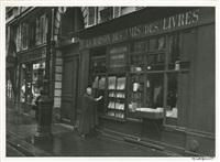 adrienne monnier dans sa librairie rue de l'odéon, en compagnie de james joyce, et portrait (10 works) by gisèle freund