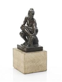 kvinde siddende på stub, holdende klæde by max andersen
