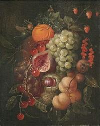 früchtestilleben mit trauben, pfirsichen, orange, erbeeren, kirschen und kastanien by david cornelisz heem iii