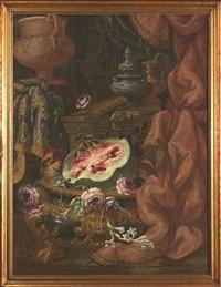 prunkstilleben mit großem weinkühler, kannen, früchten und büchern by christian berentz