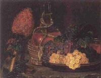 opstilling med chiantiflaske, ananas, vinlov samt druer på et fad by olivia frederikke sophie bokkenheuser
