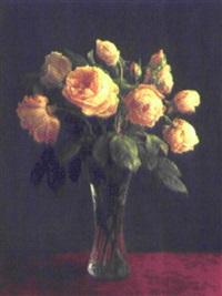 opstilling med gule roser i en glasvase by ove haase