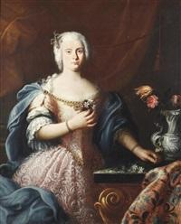 porträt einer adeligen in einem rosa kleid mit blauem umhang neben einem tisch mit silberner wappenverzierter blumenvase by sebastiano ceccarini