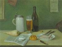 brotzeit-stilleben mit radi, bierseidel, flasche, semmel und weißwürsten auf einem teller by heinrich dendl