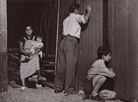 femme et enfant à lextérieur du cirque de montreuil by agnès varda