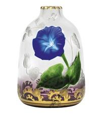 vase mit blauer prachtwinde by gräfliche harrach'sche glasfabrik (co.)