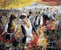 blumenhändlerinnen auf dem viktualienmarkt mit zahlreichen passanten an einem sommertag by christian jereczek