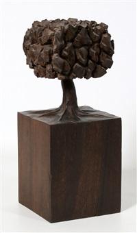 een houten beeld van een boom by josé bento