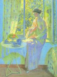 kvinna vid soligt fönster by janus halapy