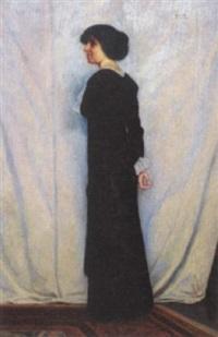 stående kvinde i sort kjole foran hvidt nedhængende klæde by poul corona