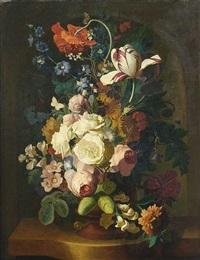 blumenbouquet mit rosen, nelken, tulpen, und anderen blumen in einer steinvase auf steinpodest by jan van os