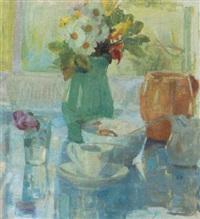 opstilling på et bord med blomster, kop, glas, kander og skål by bertha dorph