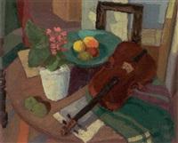 opstilling med violin, potteplante og frugt på et bord by herdis gelardi
