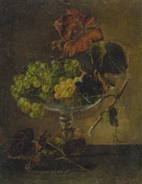 stilleben mit roten und grünen traubenzweigen in einer glasschale by amalie kaercher