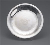 grand plat rond à décor de frise grecque et tête de méduse by gianni versace