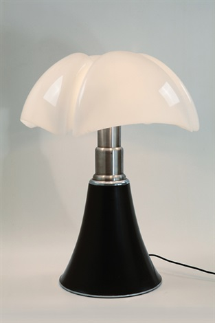 una lampada da tavolo pipistrello by gae aulenti