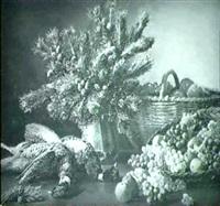 opstilling med fasaner, gran samt frugter pa et bord by flora heilmann