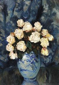 rosenstrauß in weiß-blauer vase by stefan filipkiewicz