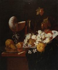 nautilus, alzatine in maiolica e frutta by georg hainz