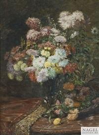 blumenstilleben mit chrysanthemen in einer glasvase auf einer marmorkonsole mit brokatdecke by mathilde kopp