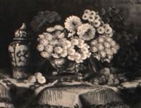 tisch mit bunten primeln in silberner schale und chinesischer deckelvase by franz sablitzky