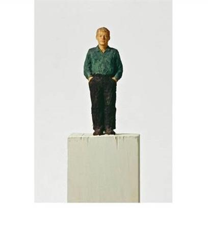 kleiner mann mit grünem hemd by stephan balkenhol