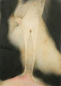stehender weiblicher akt ohne kopf mit geige im scheinwerferlicht by jürgen von hündeberg