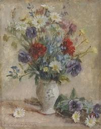 wiesenblumenstrauß in heller vase mit blauem ornament by oskar hagemann
