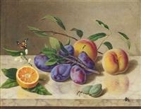 früchtestilleben mit pflaumen, pfirsichen, datteln und orange by adolf (carl) senff