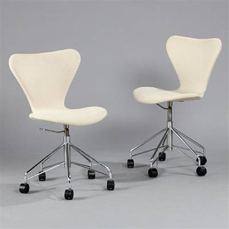seven chair office chairs (model 3117) (pair) by arne jacobsen
