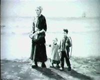 fischersfrau mit ihren kindern am strand by a. karssen
