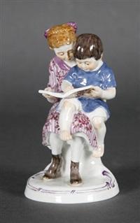 mädchen mit kleinem kind ein bilderbuch betrachtend (model 73558) by alfred otto könig