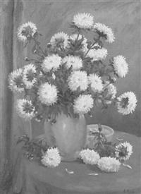 gelbe und weiße chrysanthemen in irdener vase by albert könig