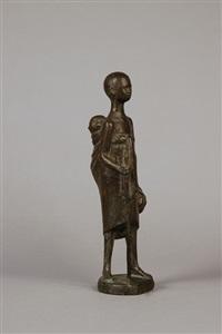 stehende figur mit kind auf dem rücken by gregor kruk